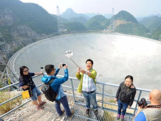 Hình ảnh du khách selfie với chiếc kính thiên văn lớn nhất thế giới.