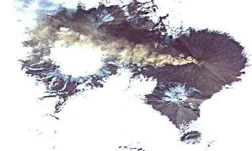 Một vệ tinh của NASA bắt gặp cảnh tượng núi lửa Shiveluch ở Nga phun trào.