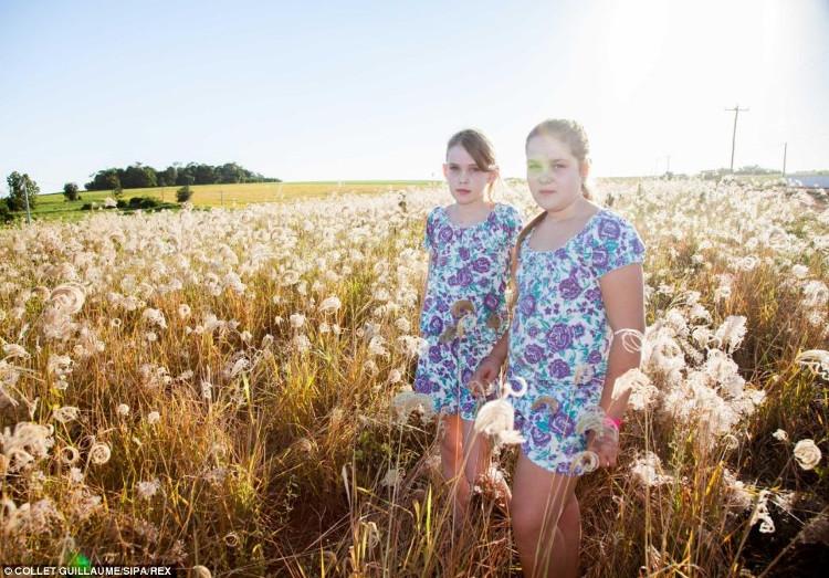 Hai chị em Kitana và Tahuana Schmitt, 10 tuổi chỉ là một trong số 700 cặp song sinh ở thị trấn 6.600 dân.