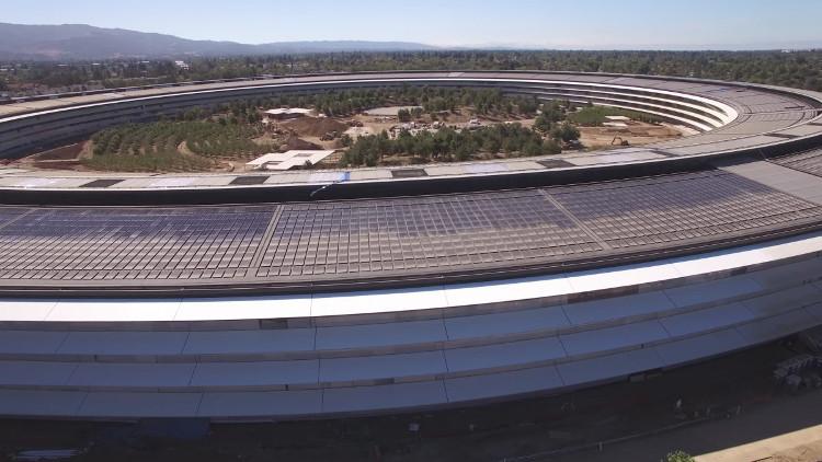 Mái nhà được che phủ bằng tấm pin năng lượng mặt trời.