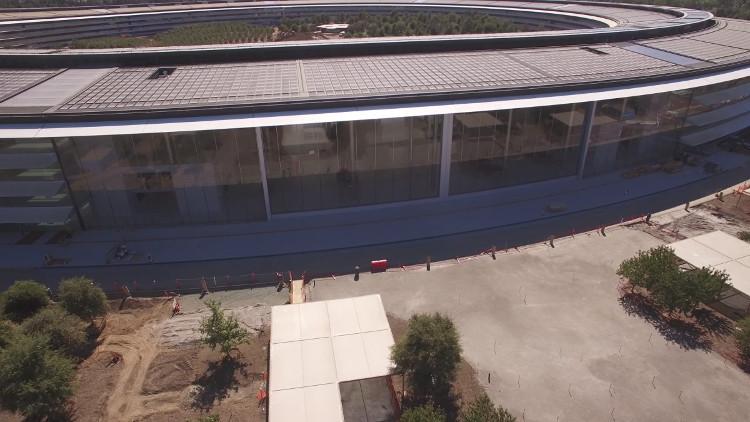 Apple Park có cửa kính cao bốn tầng mở ra một không gian khổng lồ.