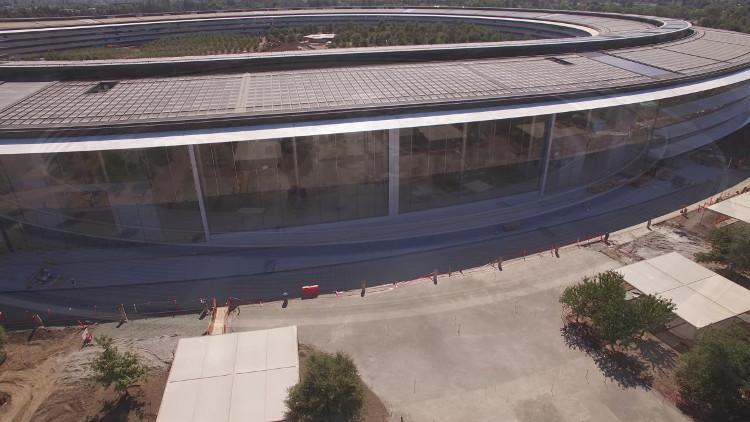 Tất cả các cửa sổ trên tòa nhà được làm bằng kính cong.
