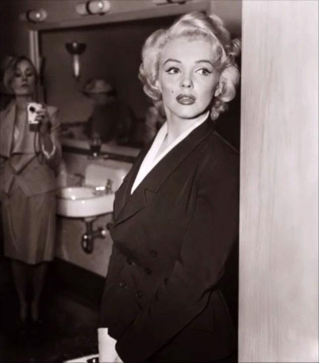 Người phụ nữ phía sau Marilyn Monroe cầm đồ vật giống máy ảnh hiện đại.