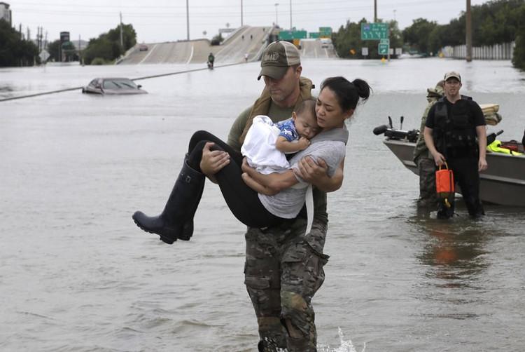 Lực lượng phản ứng nhanh Mỹ (SWAT) cứu hộ người dân.