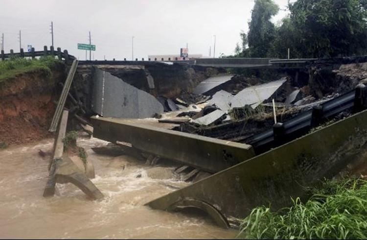 Mưa lũ đã hủy hoại một số hạ tầng giao thông trong thành phố.
