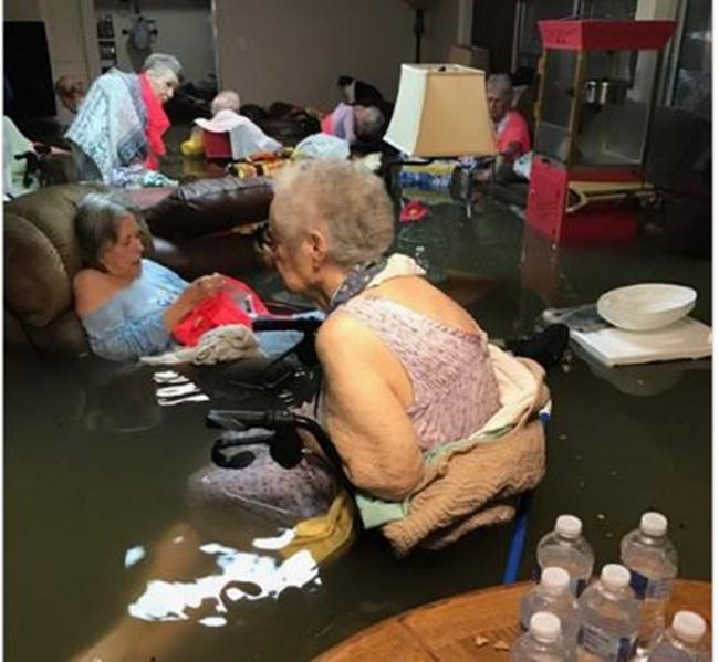 Viện dưỡng lão Bella tại Dickinson, Texas chìm trong nước