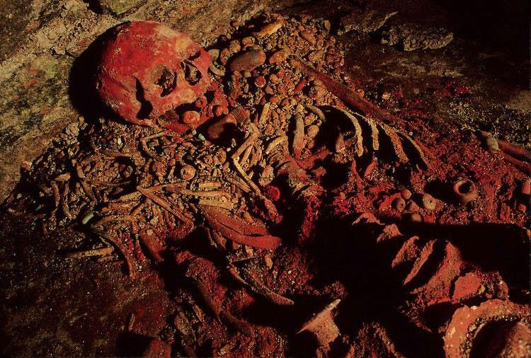 Bộ xương của Nữ hoàng Đỏ nằm trong quan tài bằng đá.