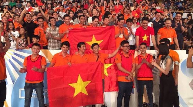Các thành viên ĐH Lạc Hồng vô địch Robocon châu Á - Thái Bình Dương.