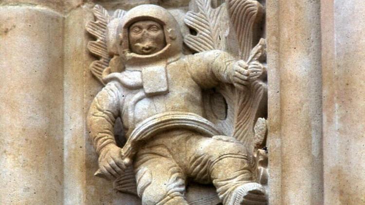 Bức điêu khắc phi hành gia trong nhà thờ cổ.