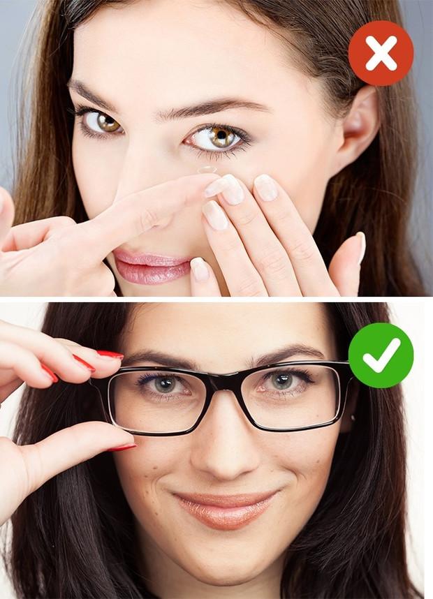 Thay vì đeo kính áp tròng, bạn nên chọn kính thường.
