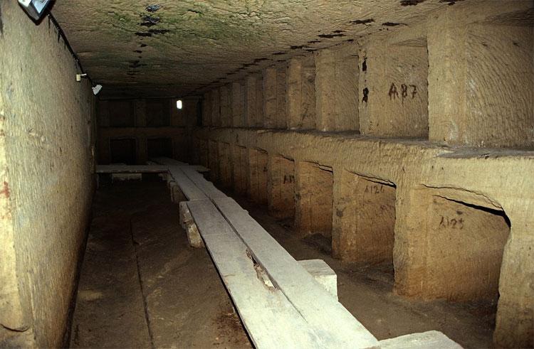 Kom el Shoqafa như một mê cung 3 tầng, sâu 30m