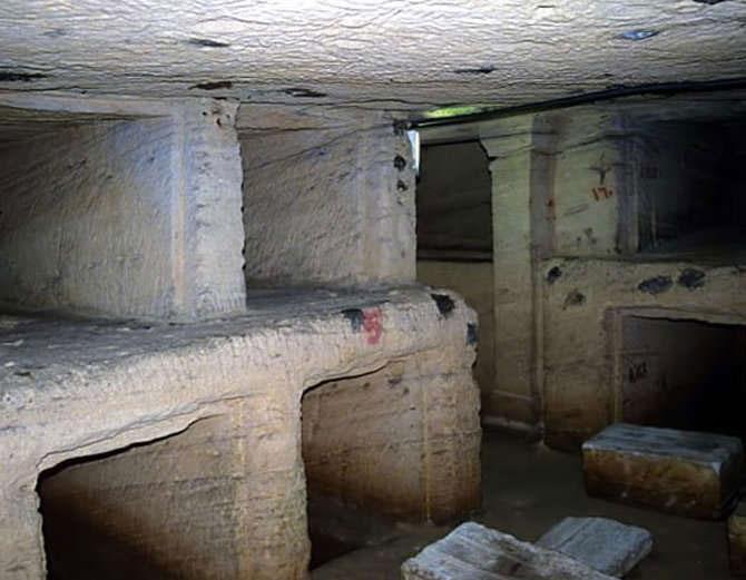 Khu hầm mộ được đặt tên là Kom el Shoqafa, từ người Hy Lạp cổ đại.