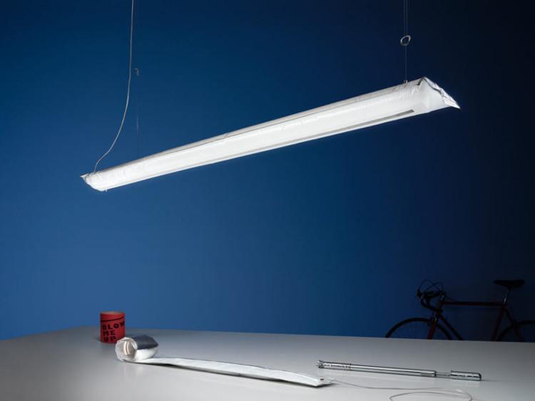 Thiết bị được làm từ nhựa dẻo và có dạng ống như các đèn tuýp thông thường.