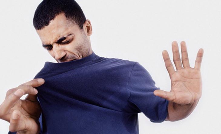 Nguyên nhân khiến mồ hôi có mùi khó chịu là do quá trình vi khuẩn phân hủy các chất mà mồ hôi tiết ra.