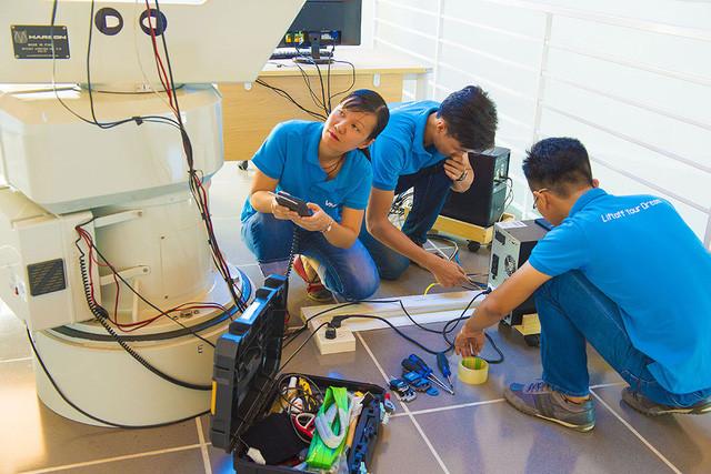 Tiến sĩ Nguyễn Thị Hoàng Anh và các cộng sự trong quá trình vận hành kỹ thuật kính thiên văn quang họ