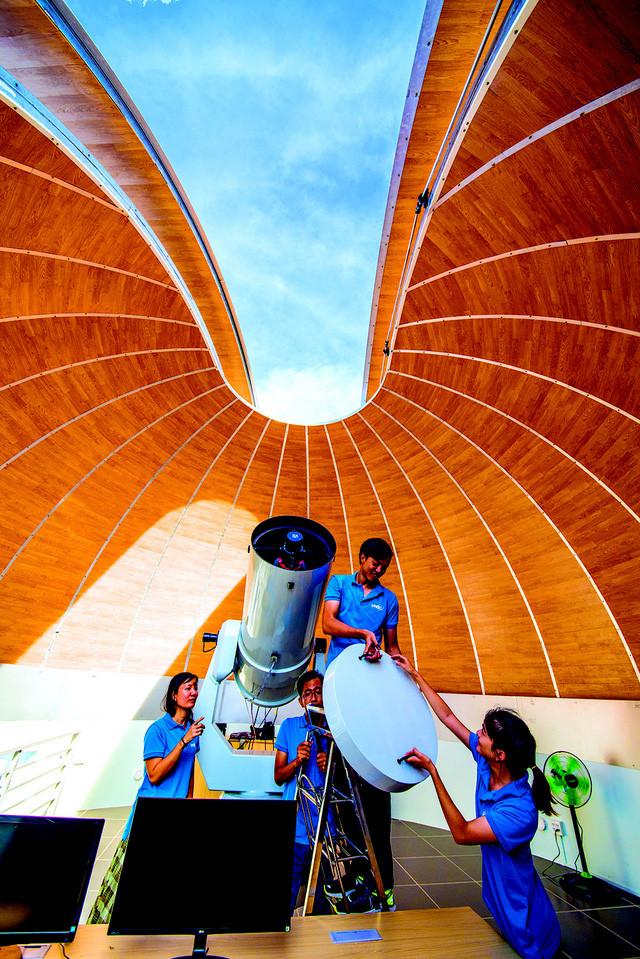 Cán bộ, nhân viên của đài đã tiếp nhận quy trình công nghệ sử dụng kính thiên văn và các thiết bị kỹ thuật
