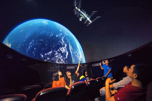 Phòng chiếu màn hình vòm với 6 máy chiếu kỹ thuật số, giúp người xem hiểu rõ hơn về thiên văn học