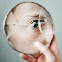 Lý do nhiều người tin vỡ gương mang lại điềm xấu