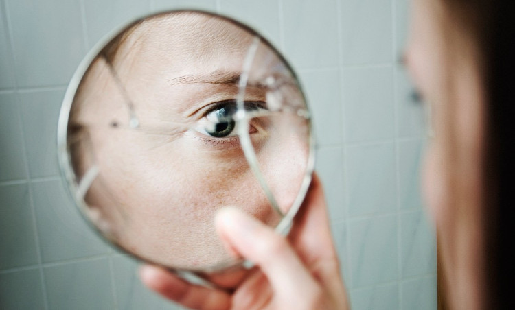 Theo quan niệm mê tín, làm vỡ một tấm gương sẽ khiến linh hồn chủ nhân của nó vỡ thành từng mảnh.