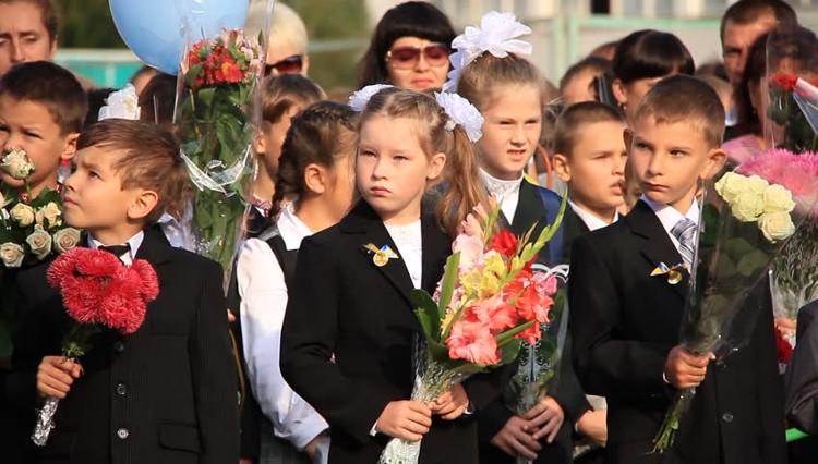 Học sinh tham dự lễ khai giảng tại Kiev.