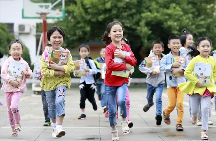 Học sinh Trung Quốc vui mừng nhận sách trong ngày khai giảng.