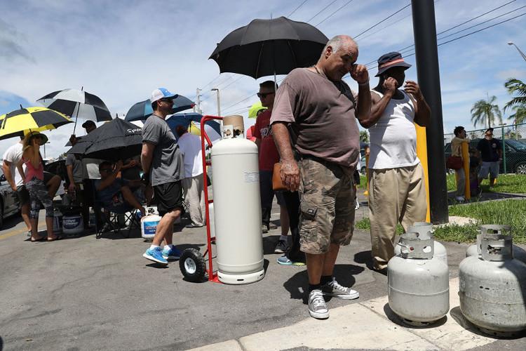 Người dân xếp hàng chờ mua khí đốt tại Miami, Florida.