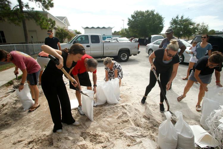 Người dân tích trữ cát vào trong các bao tải.
