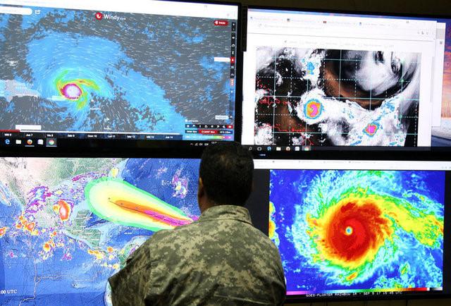 Một nhân viên tại Cơ quan Khí tượng Quốc gia Mỹ đang quan sát diễn biến của bão Irma.