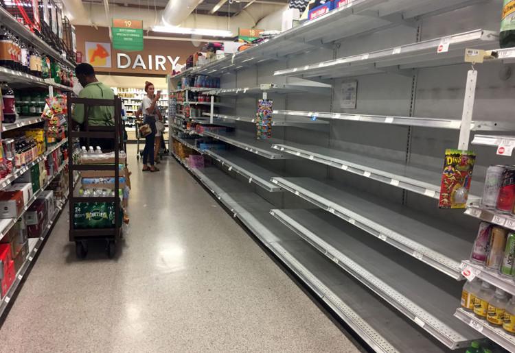 Đồ hộp và nước đóng chai bị vét sạch tại một cửa hàng tiện lợi ở Florida, Mỹ.