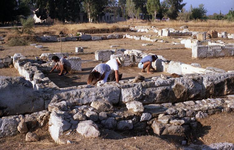 Các nhà khảo cổ khám phá đền thờ mới phát hiện.