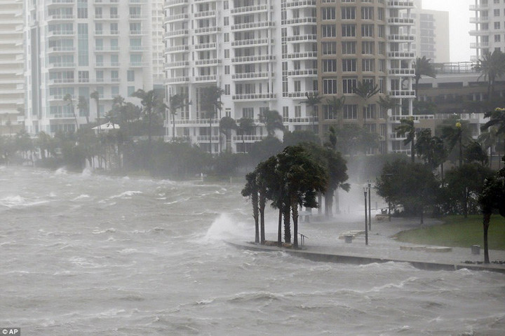Sóng vỗ mạnh vào tường chắn sóng ở khu vực cửa sông Miami