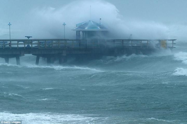 Sóng lớn ở khu vực cầu tàu Anglins Fishing