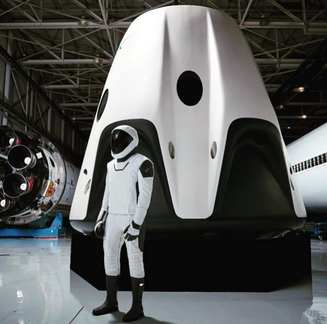 Hình ảnh đầy đủ về bộ đồ phi hành gia của SpaceX.