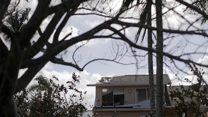 Một ngôi nhà ở Marco Island bị bão Irma làm hỏng mái.