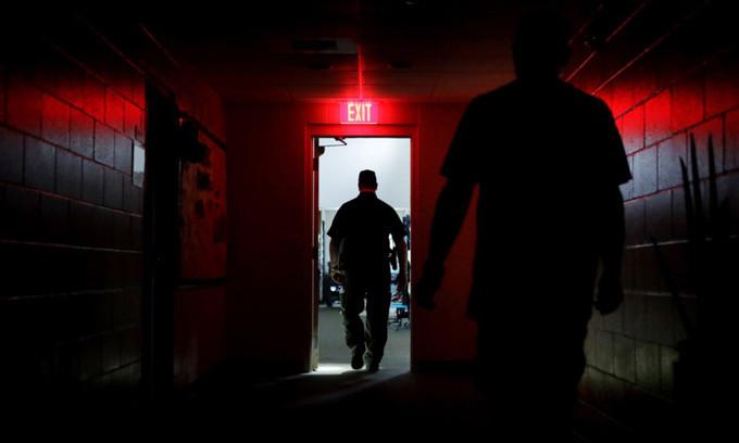 Cảnh sát bước ra khỏi nhà trú ẩn bão Irma ở thành phố Naples sau khi mất điện ngày 10/9.