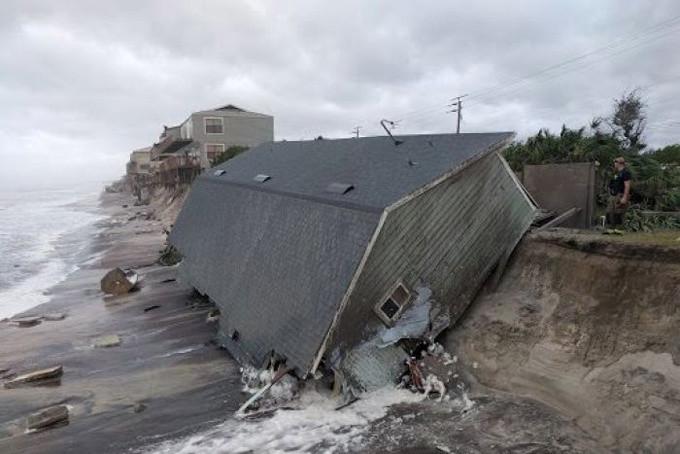 Một ngôi nhà đổ sập bên bờ biển ở Vilano Beach.