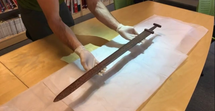 Đây là một thanh kiếm bằng sắt thời Viking và nhiều khả năng được sản xuất vào thế kỷ 10.