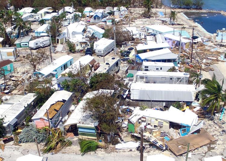 Bão Irma tiến vào Florida Keys cuốn phăng nhiều mái nhà, khiến đường phố chìm trong nước lũ.