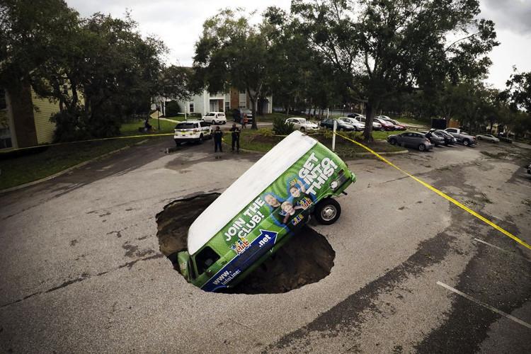 Một chiếc ôtô vẫn bị kẹt dưới hố tử thần ở Winter Springs vào ngày 11/9 sau khi bão Irma đi qua toàn bang Florida.