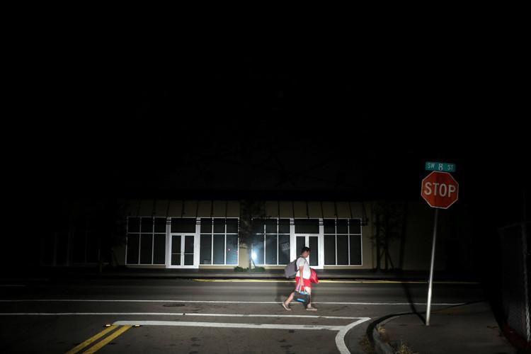 Chính quyền Flodria ước tính có 13 triệu người, chiếm 2/3 dân số bang này, vẫn chưa có điện.