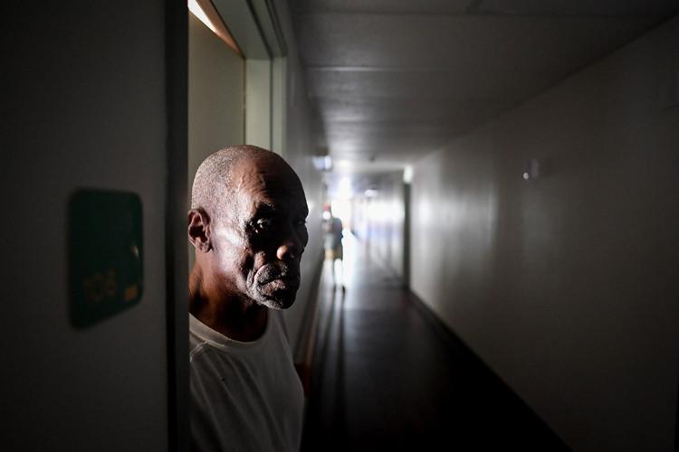 Hai ngày sau bão, ông Rodriquez Benjamin, tựa cửa phòng chờ được cứu trợ.
