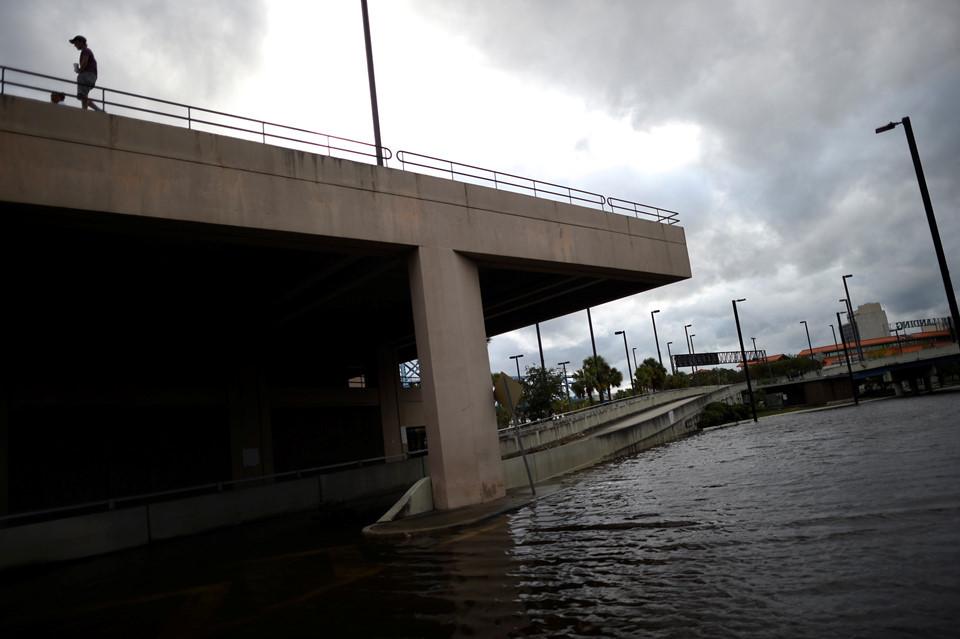 Nước ngập mênh mang trên diện rộng ở Florida.