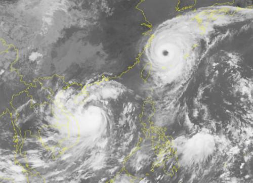 Ảnh vệ tinh hai cơn bão Talim (bên phải) và Doksuri (bên trái)