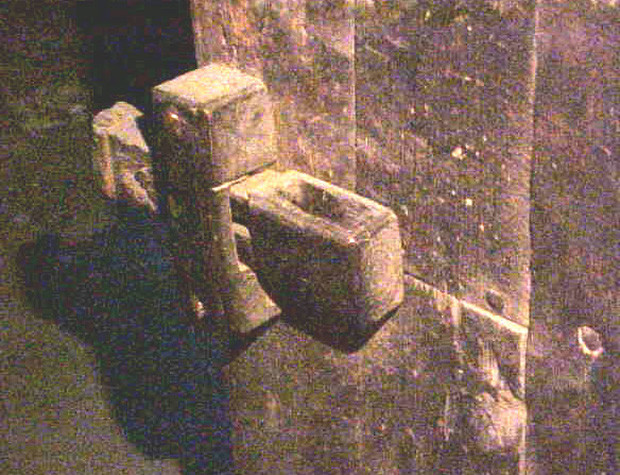 Ổ khóa đầu tiên được thiết kế rất đơn giản: gồm một cái lỗ, bên trong có lẫy