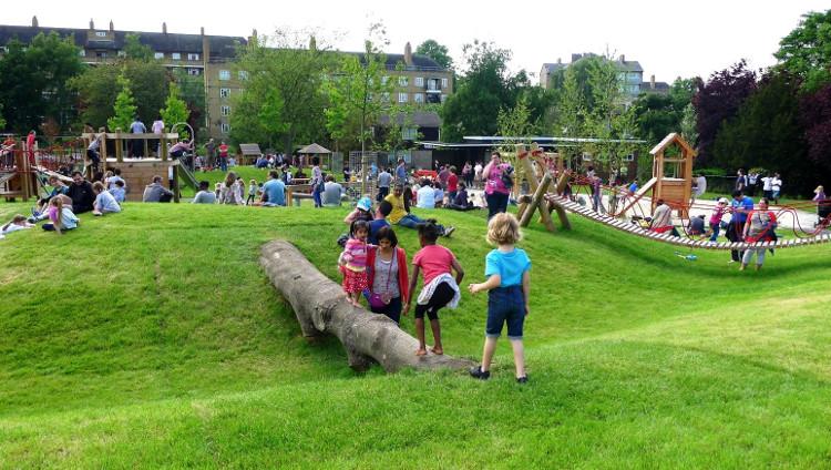 Trẻ em vui chơi trong công viên.