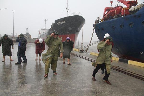 Tại cảng Cửa Việt (Gio Linh, Quảng Trị), lực lượng chống bão phải cúi rạp người vì gió mạnh.