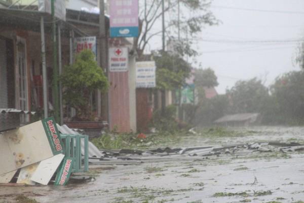 Cây cối, mái tôn rơi đầy đường