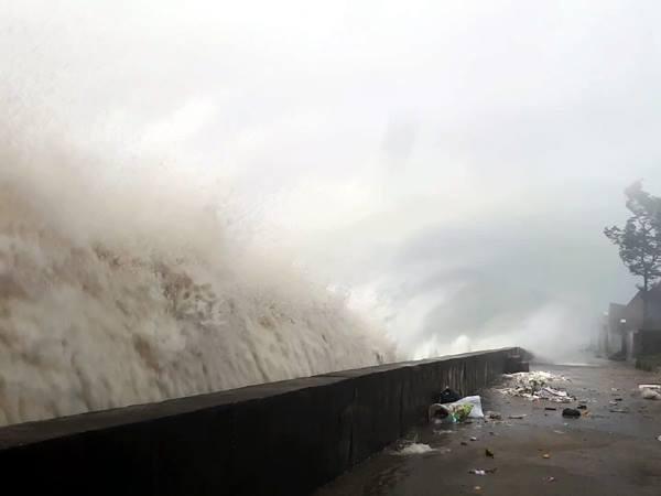 Sóng đánh cao 10 mét tại biển Thiên Cầm.