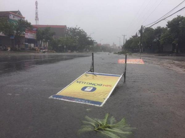 Tấm biển quảng cáo đổ ập xuống đường