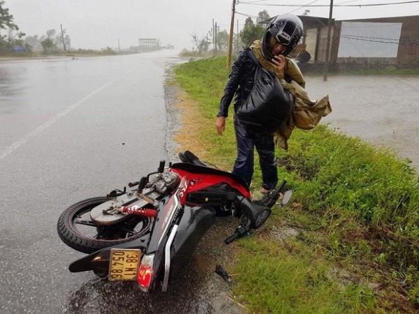 Một người tham gia giao thông buộc phải dừng xe lại vì gió quá mạnh